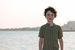 一个男孩的画象海的背景的 免版税库存图片