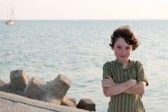 一个男孩的画象海的背景的 免版税库存照片