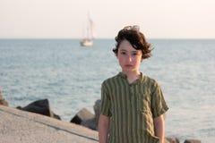 一个男孩的画象海的背景的 库存照片