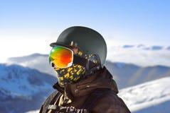 一个男孩的画象一个防护盔甲和雪板面具的 免版税图库摄影