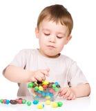 一个男孩的画象用糖果 免版税库存照片