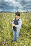 一个男孩的画象麦田的 库存照片