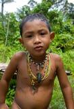 一个男孩Mentawai部落的画象与小珠的在他的脖子上 免版税库存图片