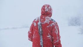 一个男性旅客在走大雪,设法出去 r 影视素材