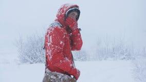 一个男性旅客在走大雪,设法出去 r 股票录像