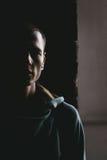 一个男性模型的画象在黑暗的 库存图片