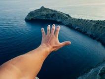 一个男性游人的手海的背景的 免版税库存照片