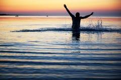 一个男性的剪影在水中 免版税库存图片