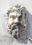 以一个男性头的形式喷泉有一个胡子的在梵蒂冈,罗马,意大利的庭院里 免版税库存照片