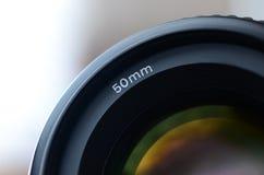 一个画象透镜的片段一台现代SLR照相机的 宽开口透镜的照片有一个焦距的50mm 免版税图库摄影