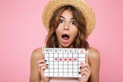 一个疯狂的女孩的画象夏天帽子的 库存照片