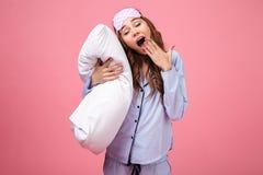 一个疲乏的俏丽的女孩的画象在睡衣穿戴了 库存照片