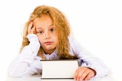 一个疲乏的小女孩的画象有书的 免版税图库摄影