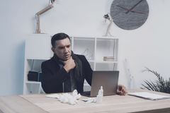 一个病的人在他的工作场所坐在办公室 他握他的喉头的` s 库存图片