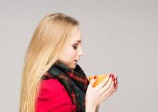 一个病的十几岁的女孩的画象有一个杯子的热的饮料 图库摄影