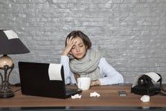 一个病的女商人不可能集中于工作 免版税库存照片