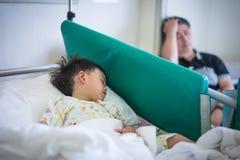 一个病的男孩在医院 库存图片