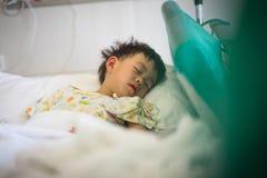 一个病的男孩在医院 免版税库存照片