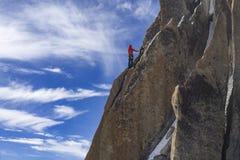一个登山人的剪影在南针峰的墙壁上的 芦荟 免版税图库摄影
