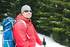 一个登山人的画象在冬天 免版税库存图片