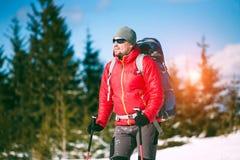 一个登山人的画象在冬天 库存照片