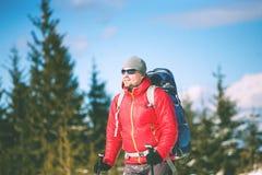 一个登山人的画象在冬天 库存图片