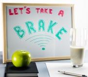 一个白板题为`让` s采取与红色和绿色信件的一闸`,杯子牛奶和一个绿色苹果 库存图片