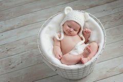 戴一个白熊帽子的微笑的婴孩 免版税库存图片