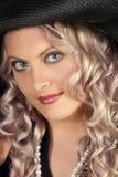 一个白肤金发的女孩特写镜头的画象与卷曲的头发的 免版税库存图片