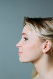 一个白肤金发的少妇的档案, smilling 免版税库存照片