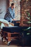 一个白肤金发的有胡子的行家男性在穿戴了牛仔裤和羊毛衬衣 库存照片