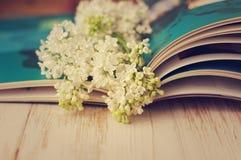 一个白色丁香和册页的春天浪漫花束 免版税库存照片