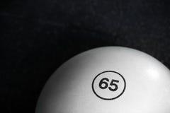 一个白色健身球的顶视图在黑地板背景的 普拉提和体操训练 有效的生活方式概念 免版税库存图片