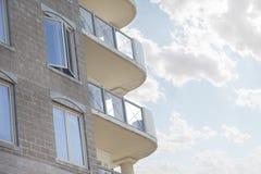 一个白色公寓住宅区的被环绕的阳台 免版税库存照片