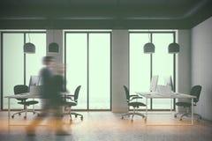 一个白色办公室的侧视图,人走 免版税图库摄影