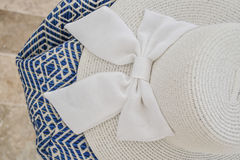 一个白色夏天帽子的特写镜头有丝带的 库存图片