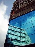 一个白色大厦的反射在前面的 免版税库存照片