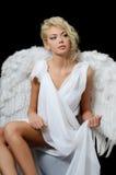 一个白色天使的衣服的美丽的女孩 免版税库存图片