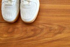一个白色对运动鞋鞋子包括消极空间 免版税库存图片