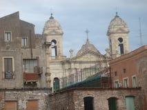一个白色巴洛克式的教会的肢有两座钟楼的与在老大厦附近向卡塔尼亚在西西里岛意大利 免版税库存图片
