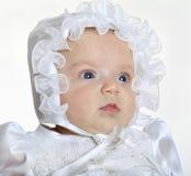 戴一个白色帽子的女婴 库存照片