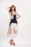 一个白色帽子的年轻美丽的妇女在白色背景,时尚,样式,秀丽 免版税图库摄影