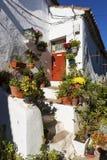 一个白色房子的入口的细节Castelo de Vide,阿连特茹,葡萄牙村庄的  库存照片