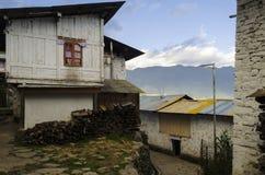 一个白色木房子在一个多山村庄 免版税库存图片