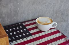 一个白色杯子在咖啡店的热的咖啡 免版税库存照片