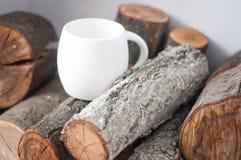 一个白色杯子,在树,树,一个杯子用茶,一个杯子用咖啡,在亚麻布的一个杯子的一个大杯子 免版税图库摄影
