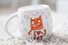 一个白色杯子,大,一个杯子用茶,一个杯子用咖啡,明亮的图片,滑稽的猫 免版税库存照片