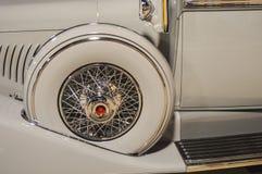一个白色经典汽车备用轮胎的细节 库存照片