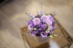 一个白色罐的顶视图有嫩淡紫色花构成的 免版税库存照片