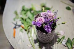 一个白色罐的顶视图有紫色花构成的 免版税图库摄影